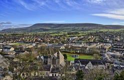 Colina de Pendle, vista a través de la ciudad de Clitheroe Foto de archivo libre de regalías