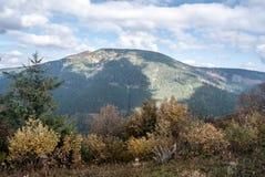 Colina de Prasiva y de Velka Chochula en el fondo en las montañas de Nizke Tatry del otoño en Eslovaquia Imagen de archivo
