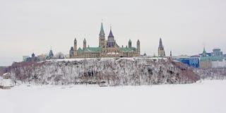 Colina del parlamento en Ottawa, vista de enfrente del río de Ottawa en un día de invierno frío con nieve imágenes de archivo libres de regalías