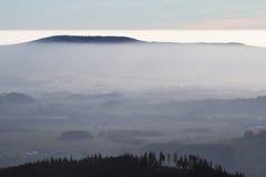 Colina en la niebla Fotografía de archivo libre de regalías