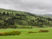 Colina enorme de la montaña en tormenta foto de archivo libre de regalías