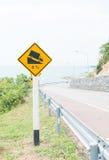 Colina escarpada del grado a continuación que advierte la señal de tráfico Foto de archivo