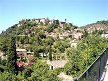 Colina idílica con las casas hermosas en Valdemossa imágenes de archivo libres de regalías