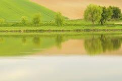 Colina por el lago Foto de archivo libre de regalías
