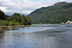 Colina por el lago Imagen de archivo libre de regalías