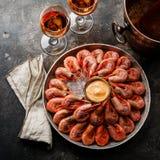 Colina rosada hervida del camarón de la gamba en el hielo y Rose Wine fotografía de archivo libre de regalías