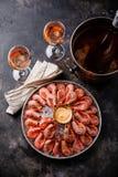 Colina rosada hervida del camarón de la gamba en el hielo y Rose Wine en cubo de hielo fotografía de archivo libre de regalías