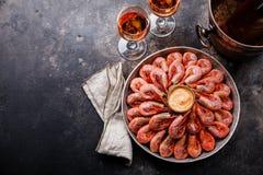 Colina rosada hervida del camarón de la gamba en el hielo y Rose Wine en cubo de hielo imagen de archivo libre de regalías