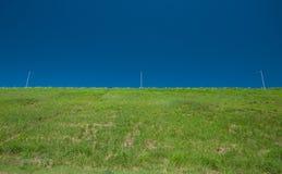 Colina verde y cielo azul Imágenes de archivo libres de regalías