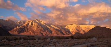 Colinas alpinas de oro Sierra Nevada Range California de Alabama de la salida del sol fotos de archivo libres de regalías