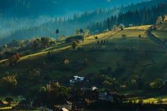 Colinas asoleadas en Transilvania fotografía de archivo