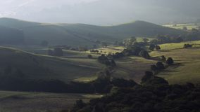 Colinas británicas del campo en niebla otoñal de la mañana almacen de metraje de vídeo