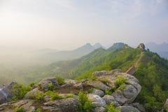 Colinas brumosas de la montaña del verano Imagenes de archivo