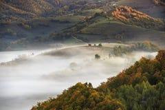 Colinas brumosas de Transilvania imagenes de archivo