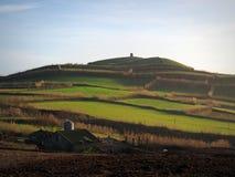 Colinas, campos y molino de viento viejo, en el sao Miguel, Azores Fotos de archivo