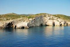 Colinas cavernosas por el mar Foto de archivo libre de regalías
