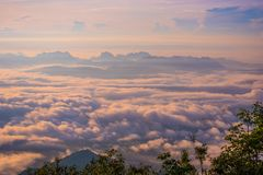 Colinas crecientes a partir de la mañana de la salida del sol de la niebla hermosa Imagen de archivo libre de regalías