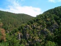 Colinas cubiertas por las rocas y el verdor Fotos de archivo libres de regalías