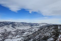 Colinas de Colorado debajo de la manta del ` s del invierno foto de archivo
