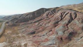 Colinas de Khizi, montañas rojas del arco iris del paisaje Xizi, Azerbaijan V?deo a?reo 4k almacen de video