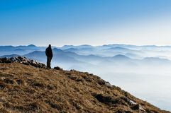 Colinas de la montaña y silueta brumosas de un hombre Fotos de archivo
