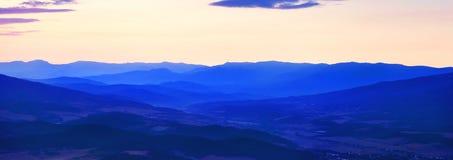 Colinas de la montaña antes de la salida del sol Fotos de archivo libres de regalías