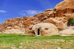 Colinas de la piedra arenisca y estructura en poco Petra, Jordania del Roca-corte foto de archivo libre de regalías