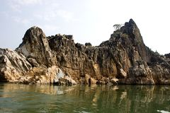 Colinas de mármol de la roca en Bedaghat imagenes de archivo