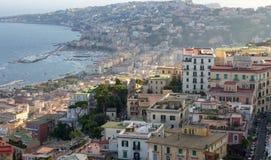 Colinas de Nápoles en puesta del sol con la opinión superior de la bahía del mar Mediterráneo Costa de Nápoles Panorama de la tar Imagen de archivo libre de regalías