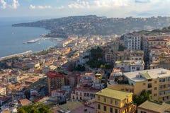 Colinas de Nápoles en puesta del sol con la opinión superior de la bahía del mar Mediterráneo Costa de Nápoles Panorama de la tar Foto de archivo libre de regalías