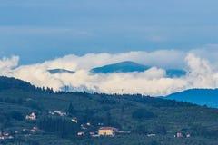 Colinas de niebla Italia de Toscany Imagen de archivo libre de regalías