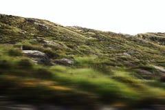 Colinas Defocused vistas a través de un parabrisas del coche Imagenes de archivo