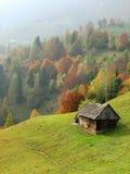 Colinas del otoño con la casa vieja Foto de archivo libre de regalías