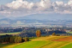 Colinas del otoño de Polonia Día de Sunny October en pueblo de montaña Imágenes de archivo libres de regalías