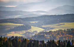 Colinas del otoño de Polonia Día de Sunny October en pueblo de montaña Foto de archivo