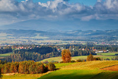 Colinas del otoño de Polonia Día de Sunny October en pueblo de montaña Fotografía de archivo