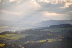 Colinas del otoño de Polonia Día de Sunny October en pueblo de montaña Fotos de archivo libres de regalías