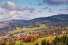 Colinas del otoño de Polonia Día de Sunny October en pueblo de montaña Imagen de archivo libre de regalías