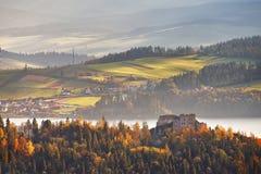 Colinas del otoño de Polonia Día de Sunny October en pueblo de montaña Imagen de archivo
