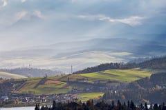 Colinas del otoño de Polonia Día de Sunny October en pueblo de montaña Fotografía de archivo libre de regalías