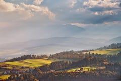 Colinas del otoño de Polonia Día de Sunny October en pueblo de montaña Imagenes de archivo