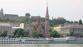 Colinas, jardines y edificios tradicionales viejos de la arquitectura en la costa de Buda de Danubio metrajes