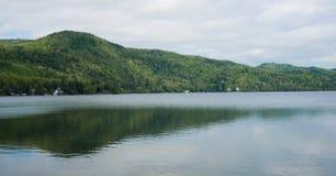 Colinas reflectoras del lago, cielos, nubes Imágenes de archivo libres de regalías