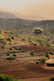Colinas, tierras de labrantío, y campo nebulosos etíopes - África escénica Fotos de archivo