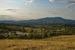 Colinas verdes cielo azul y nubes del paisaje fotografía de archivo