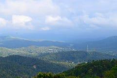 Colinas verdes de Ghats occidental y nubes en el cielo azul - fondo natural Imagenes de archivo