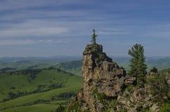 Colinas verdes en valle de la montaña y cielo nublado Fotografía de archivo