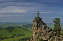 Colinas verdes en valle de la montaña y cielo nublado Imagen de archivo libre de regalías