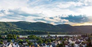 Colinas verdes hermosas en los bancos del río Rhine en una puesta del sol nublada del verano en Alemania Occidental Panorama en l imagen de archivo libre de regalías