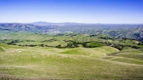 Colinas verdes; Valle del Mt Diablo y de Livermore en el fondo fotos de archivo